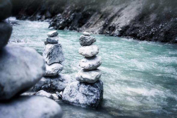 """ALT""""Aufgetürmte Steine im Wasser"""""""